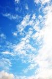 Blå himmel med molncloseupen Royaltyfri Bild