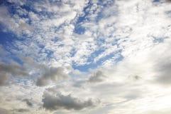 Blå himmel med molncloseupen royaltyfri foto