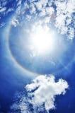 Blå himmel med molncloseupen Arkivbilder