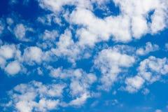 Blå himmel med molncloseupen Arkivfoton