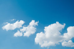 Blå himmel med molnet på bakgrund Royaltyfria Foton