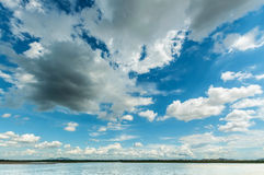 Blå himmel med molnhimmel med träsket royaltyfria bilder
