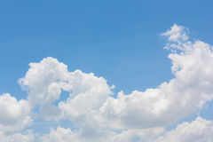 Blå himmel med molnig bakgrund Royaltyfri Foto