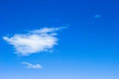 Blå himmel med molnnärbild Arkivfoto