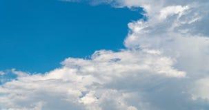 Blå himmel med molntidschackningsperiod lager videofilmer