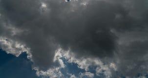 Blå himmel med molntidschackningsperiod stock video