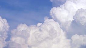 Blå himmel med molntimelapse Vitt stort moln på blå himmel Ett stort och fluffigt cumulonimbusmoln i den blåa himlen kant royaltyfria foton