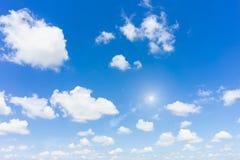 Blå himmel med naturlig bakgrund för sol royaltyfri foto
