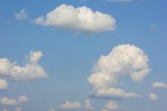 Blå himmel med pösig vit fördunklar i ljus klar solig dag Arkivfoton