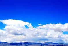 Blå himmel med peacefullbomullsmoln Fotografering för Bildbyråer