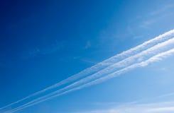 Blå himmel med sammandragningar och filialer på kanten arkivbild