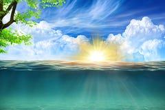 Blå himmel med solsken och blått vatten royaltyfria foton