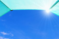 Blå himmel med solstrålar som från inre ses ett tält Royaltyfria Bilder