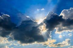 Blå himmel med solstrålarna Arkivbild