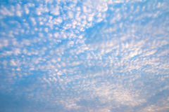 Blå himmel med spridningmolnet royaltyfri foto