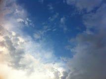 Blå himmel med stora vita moln Royaltyfri Fotografi