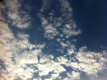 Blå himmel med stora vita moln Fotografering för Bildbyråer