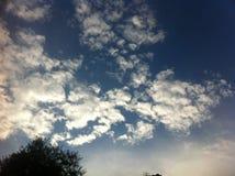 Blå himmel med stora vita moln Arkivfoton