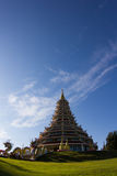 Blå himmel med templet i Thailand Royaltyfria Bilder