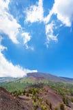 Blå himmel med vit fördunklar över krater av Etna Arkivfoto