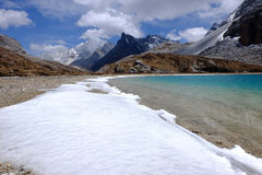 Blå himmel med vit fördunklar över sjön och snöberget Royaltyfri Fotografi