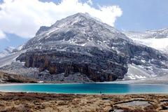 Blå himmel med vit fördunklar över sjön och snöberget Royaltyfria Foton