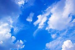 Blå himmel med vit fördunklar 171019 0219 Royaltyfria Foton