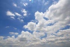 Blå himmel med vit fördunklar bakgrunder royaltyfri fotografi