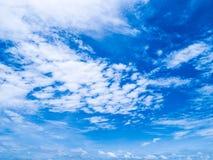 Blå himmel med vit fördunklar härlig klar sommardag Naturligt b royaltyfri bild