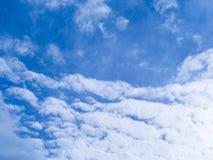 Blå himmel med vit molnbakgrund Arkivfoto