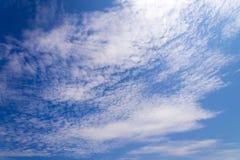 Blå himmel med vita fluffiga mycket små moln bakgrund och modell Royaltyfria Bilder