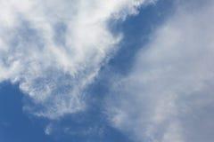 Blå himmel med vita moln och raincloud Arkivfoton