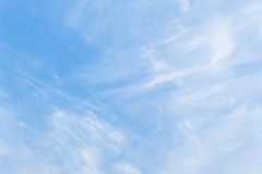 Blå himmel med vita moln och raincloud Royaltyfri Foto