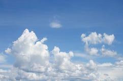 Blå himmel med vita moln och raincloud Arkivbilder