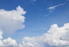 Blå himmel med vita moln och raincloud Royaltyfri Fotografi