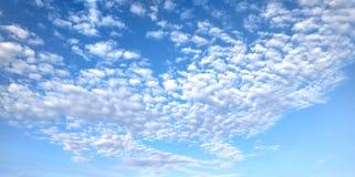 Blå himmel med vita moln som mosaik royaltyfria foton