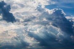 Blå himmel med vitmoln och lockiga mörka regnmoln 1 bakgrund clouds den molniga skyen Fotografering för Bildbyråer