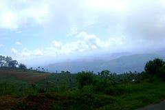 Blå himmel, moln och mist i kullarna, Nuwara Eliya, Sri Lanka Fotografering för Bildbyråer