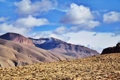 Blå himmel mot berg Arkivfoto