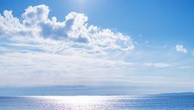 Blå himmel och abstrakt bakgrundspanoramautsikt för hav Royaltyfri Fotografi
