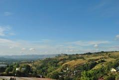 Blå himmel och berg i solljus Royaltyfri Bild