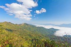 Blå himmel och berg med nordostlig chiangrai för doiphatang Royaltyfri Fotografi