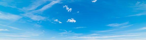 Blå himmel och cirrusmolnmoln arkivfoton