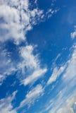 Blå himmel och cloundy Arkivbilder
