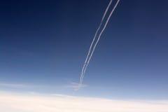 Blå himmel och contrail arkivfoto
