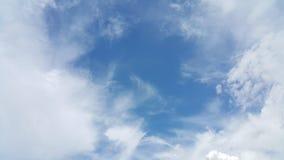 Blå himmel och de diffusa molnen Arkivfoto