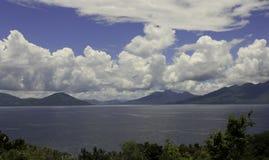 Blå himmel och det vita molnet Arkivbilder
