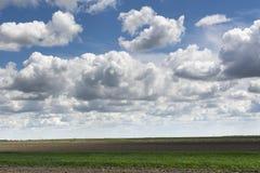 Blå himmel och fält, himmelbakgrund med mycket små moln arkivfoto