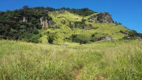 Blå himmel och gräsplanberg Arkivbilder