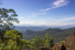Blå himmel och grönt berglandskap Arkivfoto